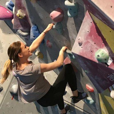 Johanna Hellman på Ada Digital klättrar klättervägg