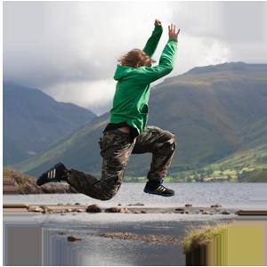 Människa hoppar över vattendrag - en symbol för de risker och synergier som finns mellan agil och kompetensbaserad rekrytering