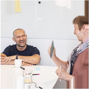 Rekryterare på Ada Digital träffar digital specialist på en arbetsintervju