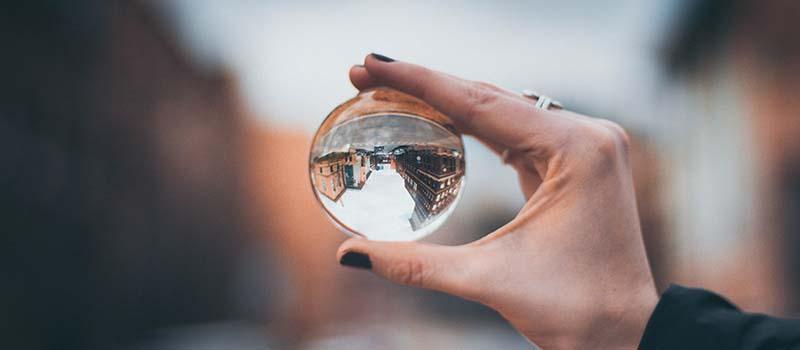 Glaskula visar stad uppochned - en symbol för de olika perspektiven inom agil och kompetensbaserad rekrytering